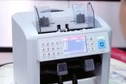 2 model máy đếm tiền đầu tiên tại Việt Nam có khả năng kiểm đếm, tính tổng, phát hiện tiền giả VND và hơn 30 loại ngoại tệ phổ biến trên thế giới